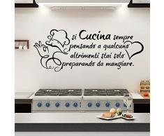 Adesivi Murali Muro Parete Frasi Si Cucina Sempre Pensando a Qualcuno [80x30 cm   Nero]