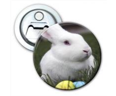 Bianco coniglio con uova di Pasqua colorate apribottiglie frigorifero